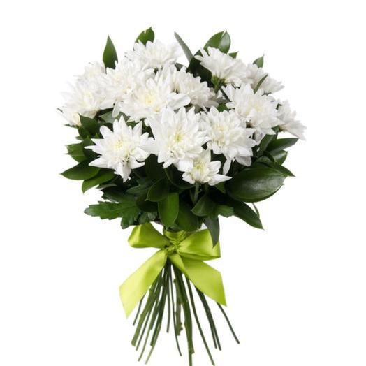 Кустовая хризантема с рускусом: букеты цветов на заказ Flowwow