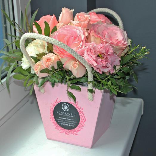Нежная композиция в деревянном кашпо: букеты цветов на заказ Flowwow