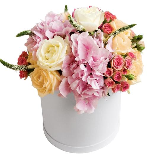 Нежный букет из гортензий и роз в шляпной коробке: букеты цветов на заказ Flowwow