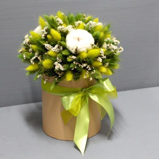 Интерьерная композиция из сухоцветов в шляпной коробке