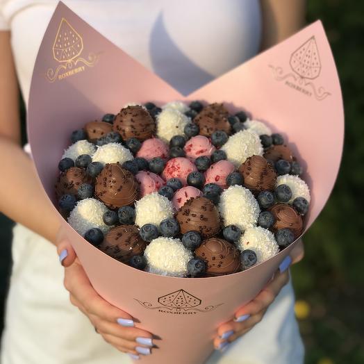 Букет «Клубника в шоколаде» размер М в розовой бумаге: букеты цветов на заказ Flowwow