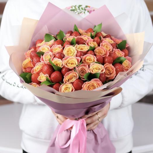 Букет из роз с клубникой. N668