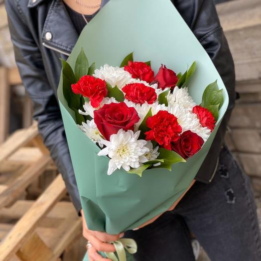 Букет хризантем, гвозик и роз