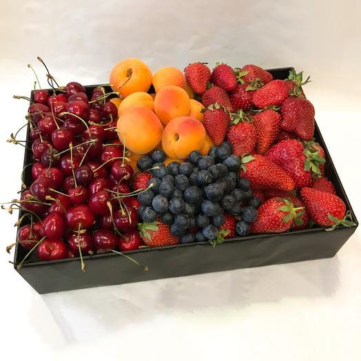 Большая коробка с фруктами и ягодами