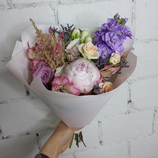 Нежный букет-комплимент с пионом и ароматной маттиолой: букеты цветов на заказ Flowwow