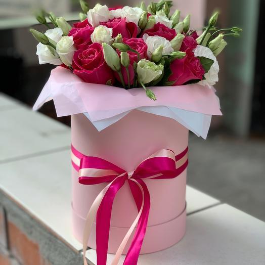 Букет из одноголовой розы и эустомы в шляпной коробке