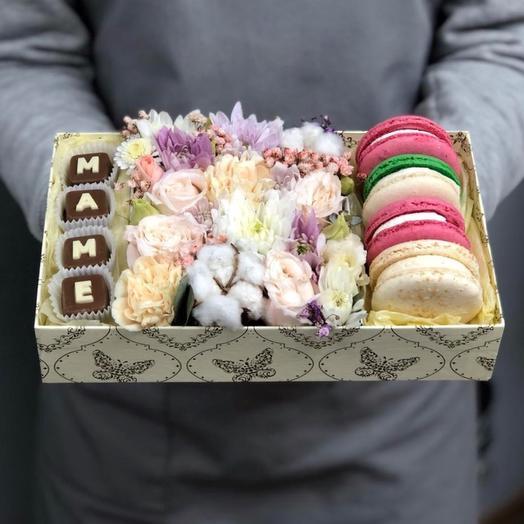 Коробочка с макаронс и шоколадными буквами