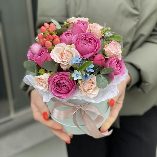 Композиция из оксипеталума, гиперикума и кустовой розы Звездное небо