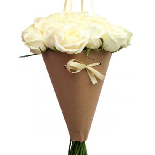 Букет из белых роз в конусе