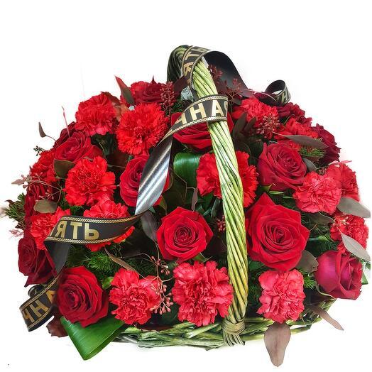 Красные розы с гвоздиками в корзине