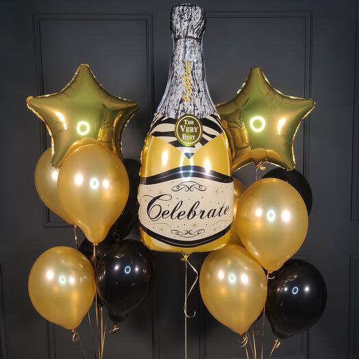 Композиция черных и золотых шаров с золотой бутылкой шампанского