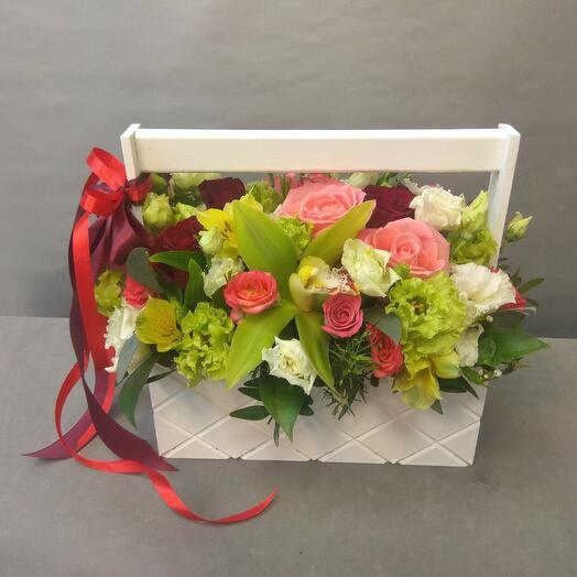 Ящичек с орхидей и розами