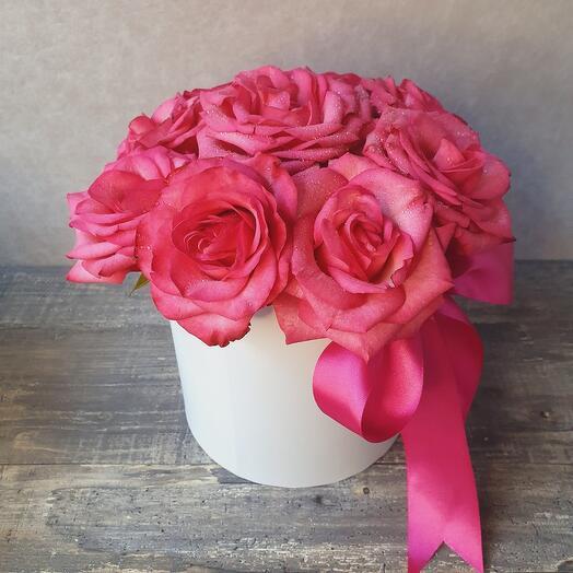 Композиция из роз в белой коробке