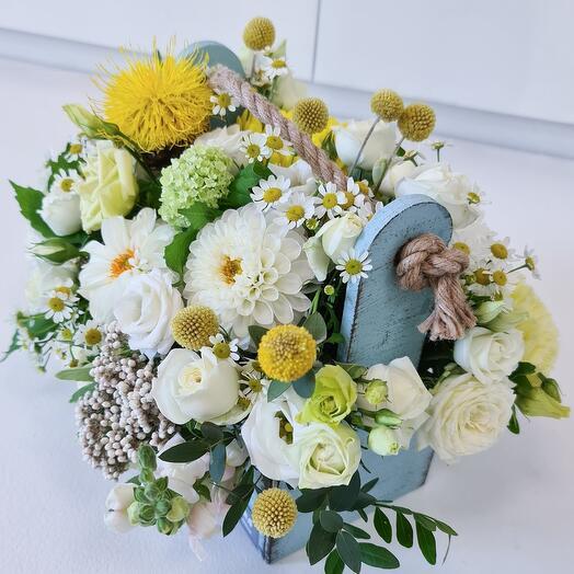 Ящик с летними цветами