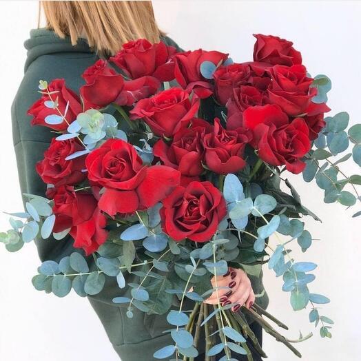 21 роза премиум в живом оформлении из зелени