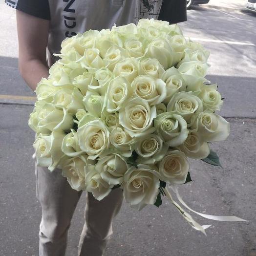 Букет из 51 белой местной розы 60 см: букеты цветов на заказ Flowwow